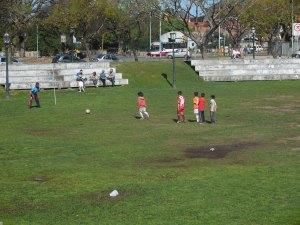 Petits Argentins qui jouent au foot